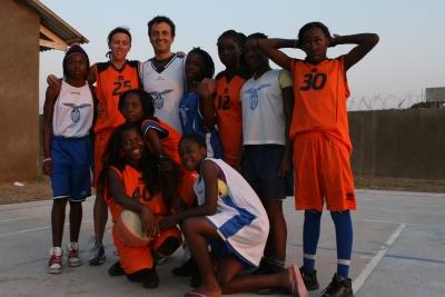 Simone Santi e Silvia Gottardi insieme alle giocatrici Sanga e Lazio Basket
